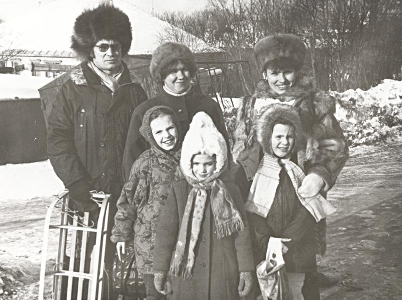 Хорошие соседи, отличные друзья. Слева семья Помазных с дочерьми, 1995 г.