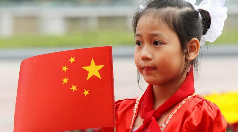 Девочка с флагом Китая