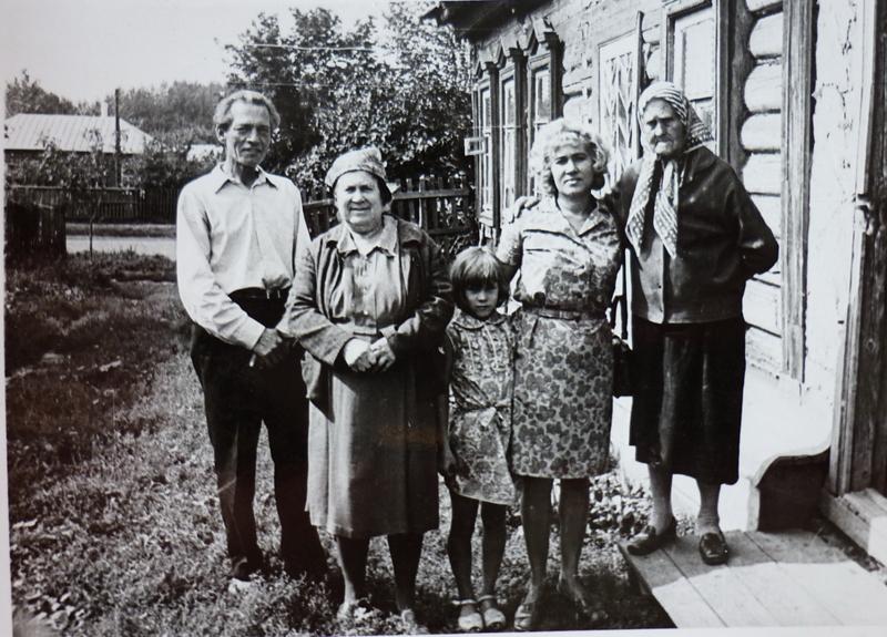 Наталья Федоровна Казакова - бабушка артиста - с родными около своего дома