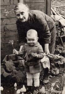 Наталья Семёновна с правнучкой Оксаной