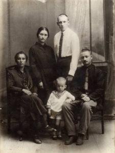 Семья Шершневых-Шестаковых. Фотография примерно 1936 года