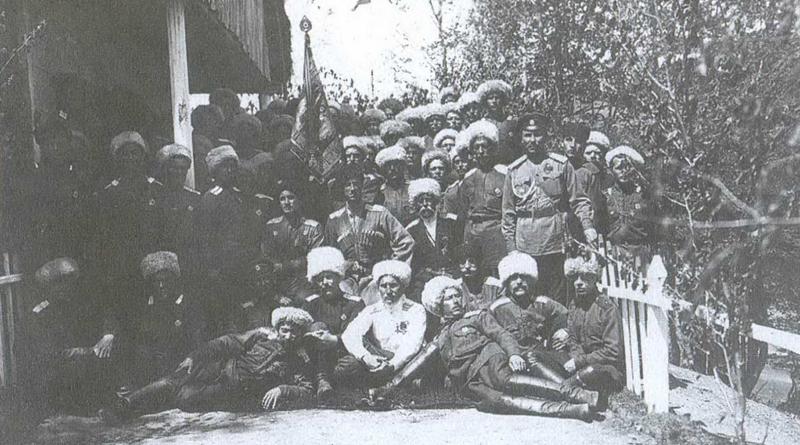 Генерал Врангель (сидит в центре) в 5-й Хопёрской сотне 1-го Сводного Кубанского полка на самой высокой точке прокладываемого казаками шоссе в Болгарии – перевале Бесна Кобыла – 1750 м