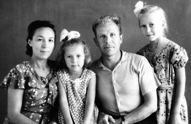 Мария Георгиевна и Василий Тихонович с детьми – Ниной (справа) и Олей