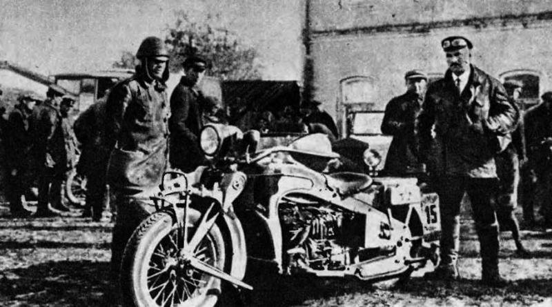 П.В. Можаров (справа) около опытного образца ИЖ-1 перед пробегом в сентябре 1929 года. Слева, в шлеме, – заводской испытатель И. Шадрин