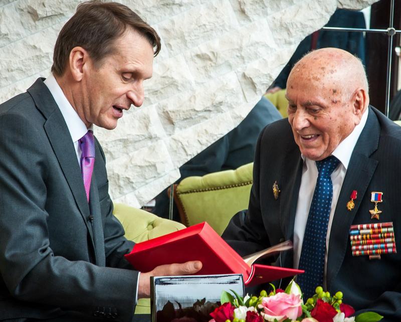 Вручение награды ветерану разведки Алексею Ботяну директором Службы внешней разведки Сергеем Нарышкиным