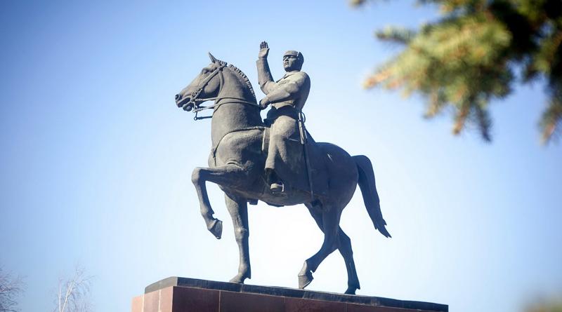 Памятник К. Е. Ворошилову в Луганске
